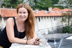 Ritratto attraente sorridente della donna che esamina macchina fotografica, capelli lunghi, camicia nera, spazio della copia immagine stock libera da diritti