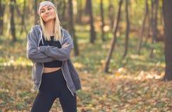 Ritratto in autunno Bella ragazza bionda fotografia stock