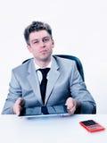Ritratto bello dell'uomo d'affari facendo uso della sua compressa digitale Fotografie Stock