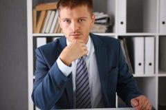 Ritratto bello dell'uomo d'affari nel luogo di lavoro Immagini Stock