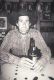 Ritratto in bianco e nero del cowboy nella barra con birra, Creston, CA Immagine Stock Libera da Diritti