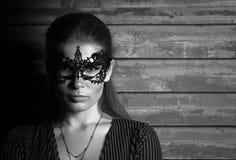 Ritratto in bianco e nero del ritratto di giovane bella signora nella maschera elegante di travestimento Fotografie Stock
