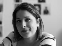 Ritratto in bianco e nero del primo piano della ragazza sorridente, orizzontale im Fotografie Stock Libere da Diritti