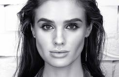Ritratto in bianco e nero del primo piano di bellezza di bella giovane donna nel nero Fotografie Stock