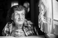 Ritratto in bianco e nero del primo piano di una donna anziana madre Fotografia Stock