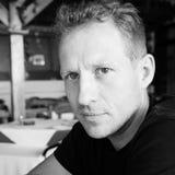 Ritratto in bianco e nero dell'uomo bello che si siede in caffè Fotografie Stock