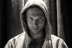 Ritratto in bianco e nero dell'uomo in cappuccio Fotografie Stock Libere da Diritti