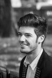 Ritratto in bianco e nero dell'uomo sorridente Fotografia Stock Libera da Diritti