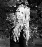 Ritratto in bianco e nero della donna con capelli lunghi Fotografia Stock