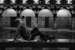 Ritratto in bianco e nero della donna sotto la pioggia nella notte Immagini Stock Libere da Diritti