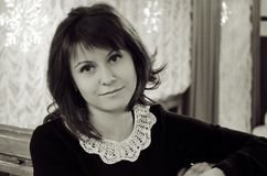 Ritratto in bianco e nero di arte di bella ragazza russa fotografie stock