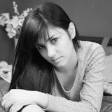 Ritratto in bianco e nero di bella donna sveglia che si trova sul letto immagini stock libere da diritti