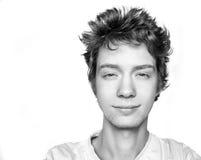 Ritratto in bianco e nero di buon tipo sorridente in maglietta immagine stock