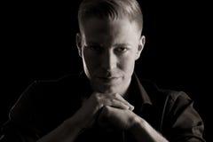 Ritratto in bianco e nero di giovane uomo simpatico, scuro. Fotografia Stock