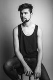Ritratto in bianco e nero di un giovane fotografia stock
