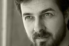 Ritratto in bianco e nero di un tirante maschile fotografia stock libera da diritti