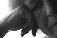 Ritratto in bianco e nero di una donna durante gli anni che hanno messo meditatamente la sua mano alla testa Immagini Stock Libere da Diritti