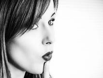 Ritratto in bianco e nero di una giovane donna che considera le scelte o Immagine Stock Libera da Diritti