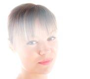 Ritratto biondo attraente della donna su fondo bianco Fotografia Stock
