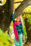 Ritratto biondo della donna in autunno Fotografia Stock