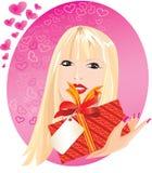 Ritratto biondo della ragazza con poco contenitore di regalo rosso Fotografia Stock Libera da Diritti