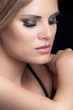 Ritratto biondo di bellezza della donna con lo studio scintillante dell'ombretto immagini stock libere da diritti