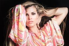 Ritratto biondo di bellezza della ragazza in vestito variopinto serico fotografia stock libera da diritti