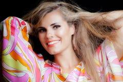 Ritratto biondo sorridente di bellezza della ragazza in vestito variopinto serico immagini stock libere da diritti