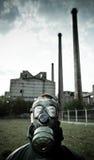 Ritratto bizzarro dell'uomo in maschera antigas Fotografie Stock