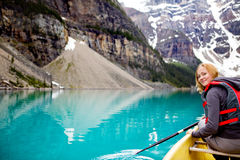 Ritratto Canoeing della donna Fotografia Stock Libera da Diritti