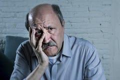 Ritratto capo dell'uomo anziano maturo senior sul suo 70s che sembra morbo di Aalzheimer di sofferenza triste e preoccupato Immagine Stock Libera da Diritti