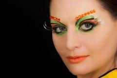 Ritratto castana adorabile della donna con trucco creativo Immagini Stock