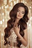Ritratto castana della donna di modo elegante in oro Stile di capelli ondulati Fotografie Stock