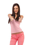Ritratto castana felice della ragazza con i pollici su immagine stock