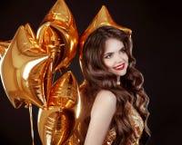 Ritratto castana sorridente felice della donna Ragazza attraente con lungamente Fotografia Stock Libera da Diritti