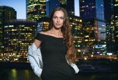 Ritratto castana splendido della donna nella città di notte Immagini Stock Libere da Diritti