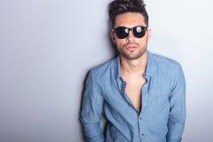 Ritratto casuale dell'uomo con gli occhiali da sole Immagini Stock