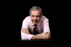 Ritratto casuale dell'uomo d'affari sopra il nero fotografia stock libera da diritti