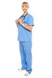 Ritratto casuale di un medico sicuro che sta lateralmente immagini stock libere da diritti