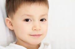 Ritratto caucasico del ragazzo cinque anni Fotografia Stock