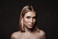 Ritratto cinematografico della ragazza in studio scuro Immagini Stock
