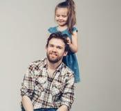 Ritratto commovente dello studio dei capelli dei padri della figlia Immagine Stock