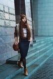 Ritratto completo del corpo di giovane bella donna alla moda che indossa i vestiti alla moda che camminano alla via Modelli lo sg Fotografia Stock