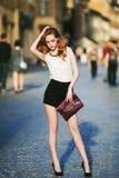 Ritratto completo di modo della via del corpo di giovane bella donna sicura che posa sui precedenti urbani Modelli lo sguardo Fotografia Stock Libera da Diritti