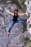 Ritratto con il fronte sorpreso ed impaurito Roccia grigia Resto in montagne acrobat fotografia stock