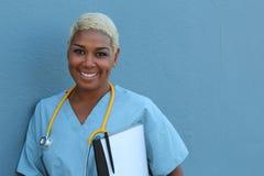 ritratto Copia-spaziato di un medico di famiglia amichevole che giudica una cartella sanitaria isolata sopra fondo blu Fotografia Stock