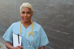 ritratto Copia-spaziato di un medico di famiglia amichevole che tiene una cartella sanitaria Fotografia Stock Libera da Diritti