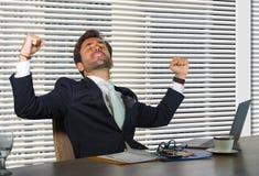 Ritratto corporativo della società di stile di vita di giovane lavoro felice e riuscito dell'uomo di affari emozionante all'uffic fotografia stock libera da diritti