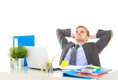 Ritratto corporativo di giovane uomo d'affari attraente che pendono indietro sul suo sedia rilassata e di sorridere felice fotografia stock libera da diritti