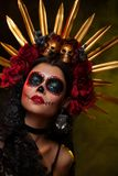 Ritratto creativo di Sugar Skull su fondo scuro con il copyspa immagini stock libere da diritti